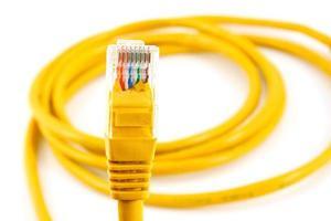 cavo di rete con rj45 isolare su sfondo bianco foto