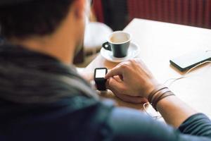 controllando il suo smartwatch foto