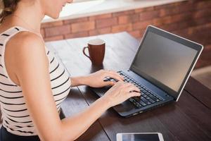 donna di affari che lavora all'ufficio del computer portatile a casa foto