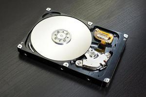 Close up del disco rigido del computer aperto (HDD) foto
