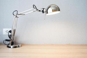 lampada da scrivania a nastro sulla scrivania foto