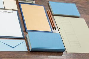 quaderni colorati sulla scrivania foto