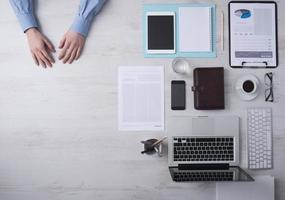 scrivania dell'uomo d'affari con lo spazio della copia foto