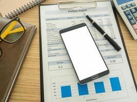 smart phone sulla scrivania foto