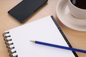 blocco per appunti in bianco sulla scrivania foto