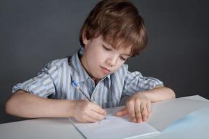 studente di pensiero seduto alla scrivania foto