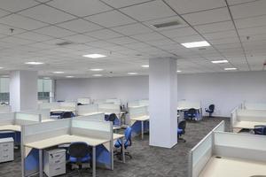 interno di ufficio moderno con tavolo e scrivania foto