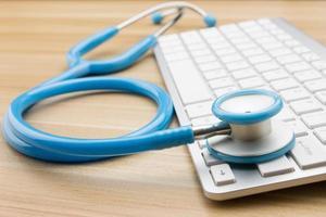 medici stetoscopio e tastiera sulla scrivania foto