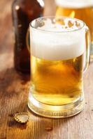 bicchiere di birra fredda sul bar o sulla scrivania di un pub foto