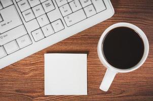 adesivo e la tazza di caffè foto