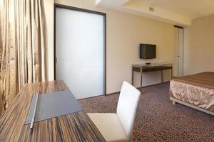 scrivania e sedia nella moderna camera d'albergo di lusso foto