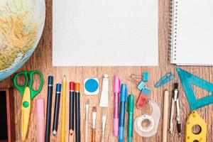 accessori per la scuola su una scrivania foto