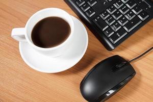 scrivania con una tazza di caffè foto