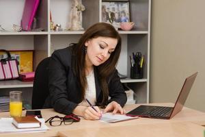 donna d'affari alla scrivania foto