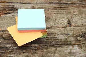 blocco di adesivi su una scrivania