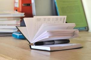 calendario sulla scrivania di uno studente foto