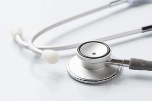 stetoscopio su sfondo bianco