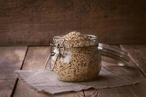 quinoa sulla scrivania di legno foto