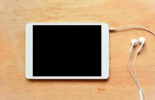 tavoletta digitale bianca sul tavolo di legno foto