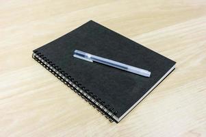 libro nero sulla scrivania foto