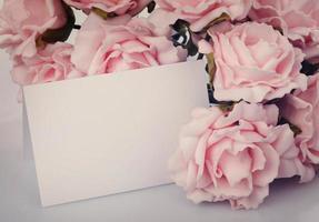 biglietto di auguri con rose rosa foto