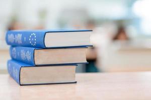 i libri sono distesi sul tavolo foto