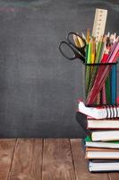 materiale scolastico e per ufficio sul tavolo della classe foto