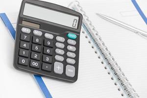 concetto di business con calcolatrice, penna e taccuino foto