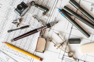 banco da disegno con strumenti per il disegno foto