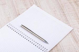 taccuino bianco in bianco sulla scrivania foto