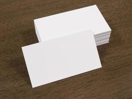 mucchio di biglietti da visita su una scrivania in legno foto