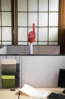 """mano """"numero 1"""" che raggiunge dal cubicolo. foto"""