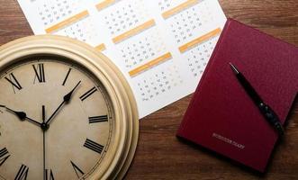 diario con grande penna sulla scrivania di quercia foto