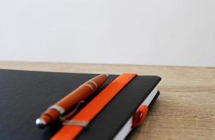 penna con blocco di carta sul tavolo foto