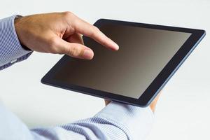 uomo che utilizza un tablet pc foto