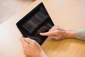 insegnante che utilizza tablet pc foto