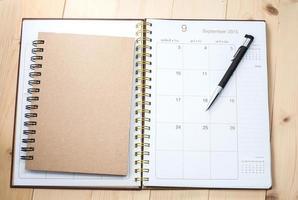 calendario desktop vuoto con libro di testo foto