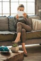 giovane donna che utilizza tablet pc in appartamento loft foto