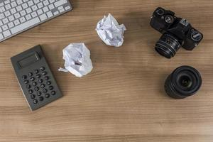 desktop con tastiera e calcolatrice della fotocamera foto