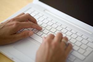 digitando sulla tastiera di un notbook foto