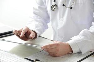medico utilizzando la tavoletta digitale foto