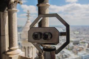 binocolo che osserva sopra Parigi
