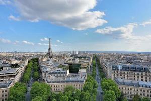 punto di riferimento della torre Eiffel, vista dall'arco di trionfo. foto