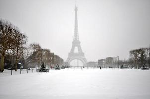 bufera di neve a Parigi