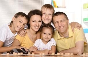 famiglia di cinque persone che giocano foto