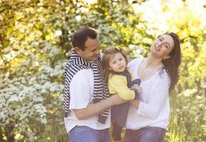 famiglia felice in natura foto