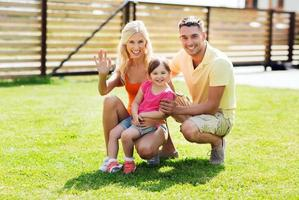 famiglia felice che abbraccia all'aperto foto