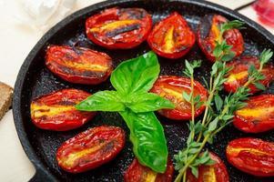 pomodorini al forno con basilico e timo