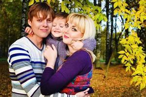 famiglia felice nel parco d'autunno