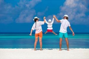giovane famiglia sulla spiaggia esotica bianca